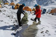 Mountains get seasonal cleaning in Tibet