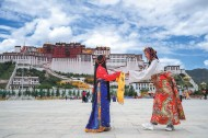 China's Tibet receives 1.88 mln tourists in Golden Week holiday
