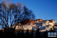 Beijing launches first tourist train to Tibet