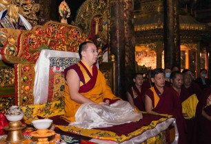 Panchen Lama prays for world peace at Jokhang Temple