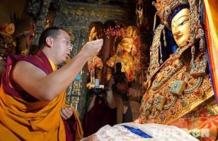 Panchen Lama worships at the Jokhang Temple, prays for world peace and national peace and prosperity