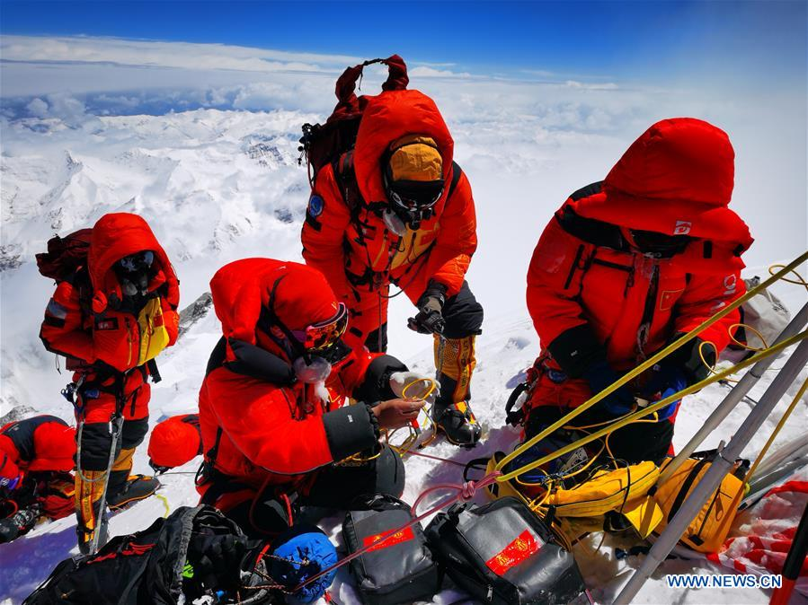 Chinese expedition conducts surveying atop world's highest peak (I)