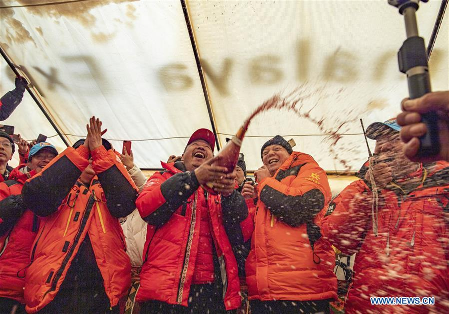 Chinese expedition conducts surveying atop world's highest peak (II)