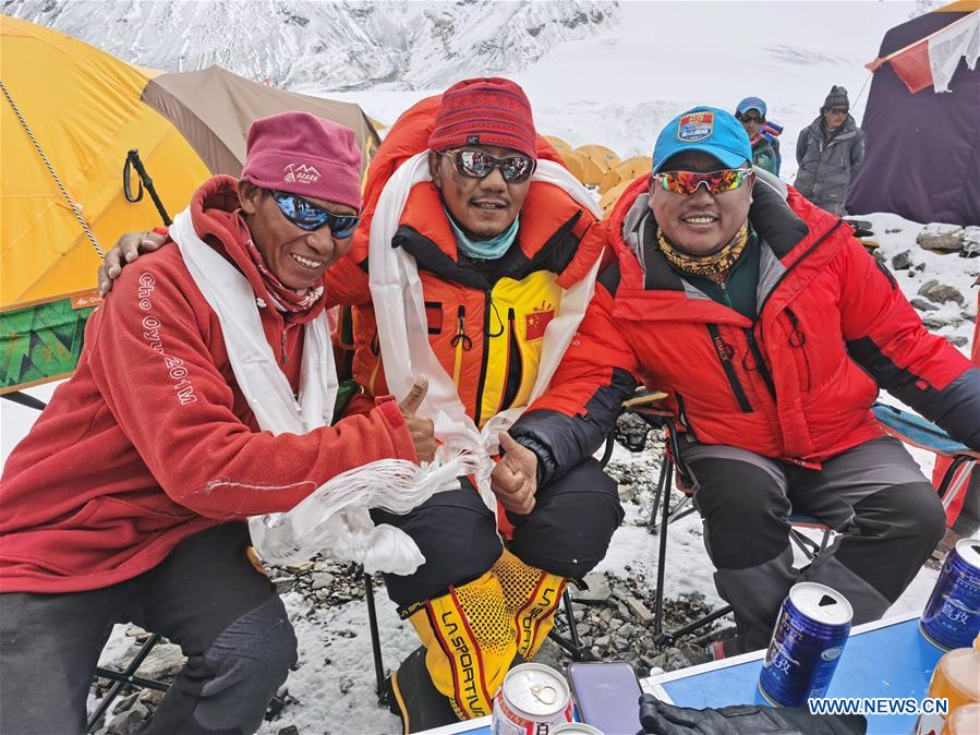 Chinese surveyors return to advance camp at altitude of 6,500 meters on Mt. Qomolangma