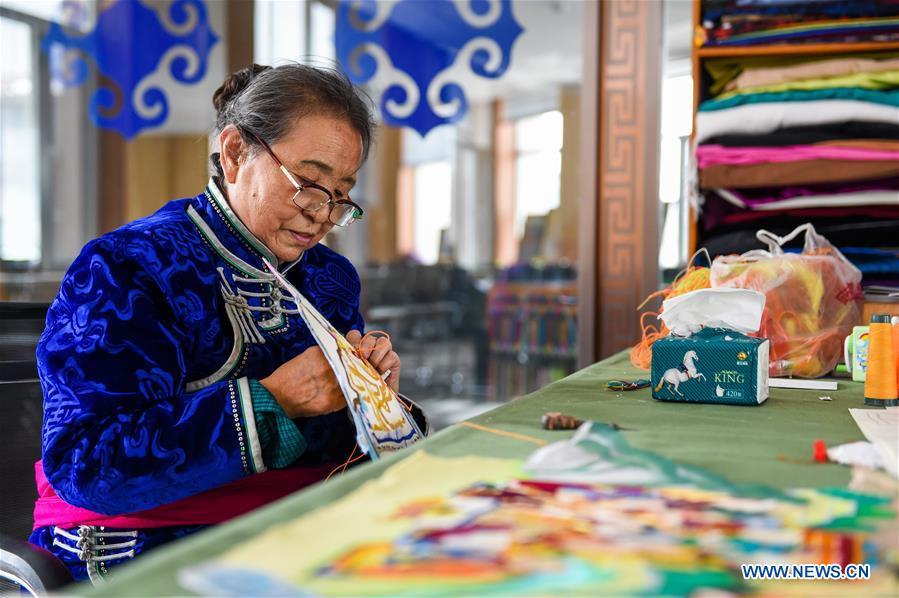 Workmanship of horse hair-embroidered Thangka helps people increase income