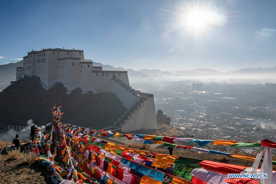 People hang new prayer flags to pray for peace, prosperity in Tibet