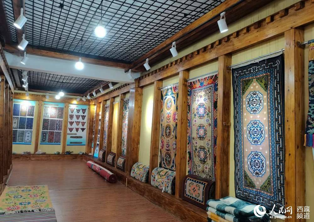 Young entrepreneurs in SW China's Tibet help improve local people's lives through traditional carpets