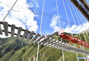 Track laying work carried out on grand bridge of Lhasa-Nyingchi railway