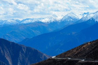 Section of Sichuan-Tibet Highway that stretches down nearly 1,500 meters in the mountains