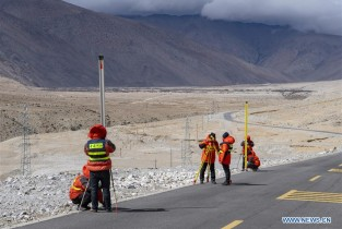 Chinese surveyors conduct leveling for remeasuring Mt. Qomolangma