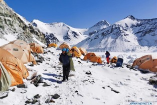 Chinese surveyors delay reaching summit of Mt. Qomolangma due to risk of snow slides