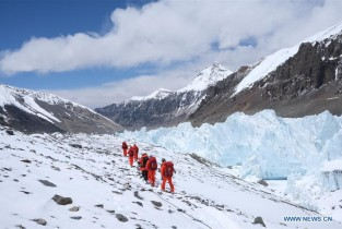 Chinese surveyors retreat from advance camp on Mount Qomolangma to base camp