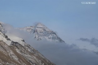 View of Mount Qomolangma amid clouds (I)