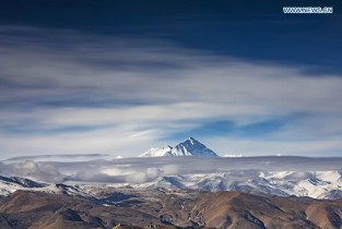 View of Mount Qomolangma amid clouds (II)