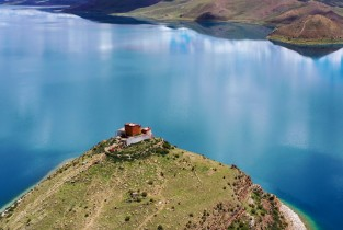 Loneliest temple: Yamdrok Lake´s precious gem