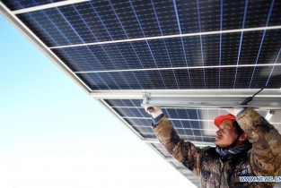 Solar power units installed for 300-MW photovoltaic electricity project in Qinghai