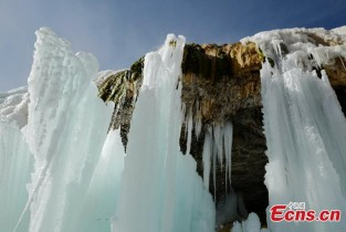 Colorful icefalls appear in Qilian Mountain