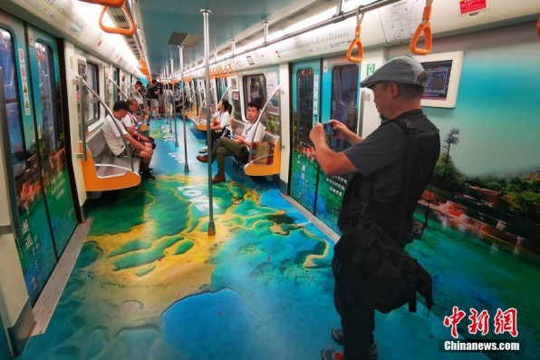 Sichuan moves beautiful scenery into subway train